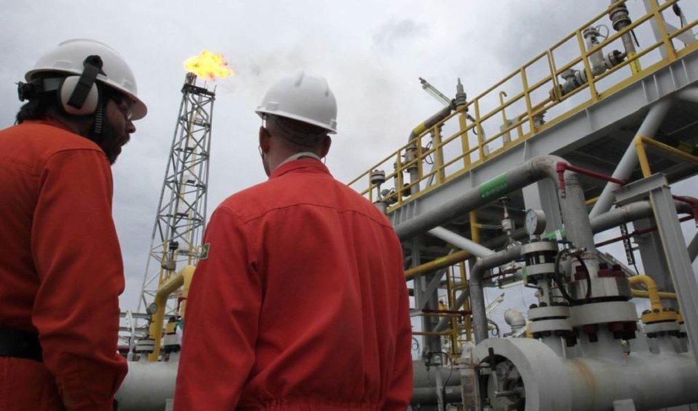 Petrobras colocou à venda um conjunto de campos de águas rasas de produção de petróleo e gás no Nordeste; são 9 campos, 5 em Sergipe e 4 no Ceará; cessão dos direitos de exploração, desenvolvimento e produção nas áreas será feita por meio de processo competitivo; venda dos ativos faz parte do plano de desinvestimento da petrolífera, cujo valor foi calculado em US$ 15,1 bilhões para o biênio 2015-2016