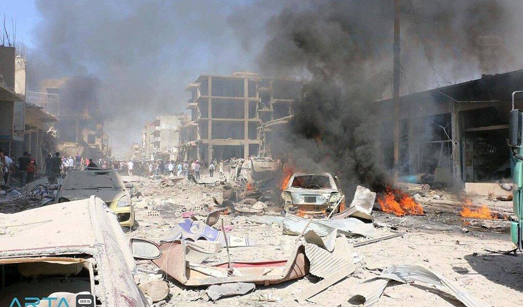 Explosão de um caminhão-bomba reivindicada pelo Estado Islâmico deixou quase 50 mortos e dezenas de feridos na cidade síria de Qamishli, no nordeste do país; ao menos 31 morreram e outras 170 teriam ficado feridas no ataque