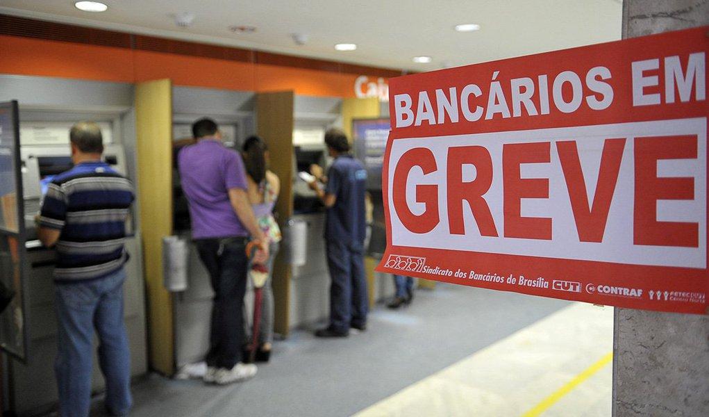 Sem sucesso, a sétima rodada de negociação entre o Comando Nacional dos Bancários e a Federação Nacional dos Bancos (Fenaban), a greve dos bancários prossegue em todo País; os bancos ofereceram novamente reajuste de 7% nos salários, que, de acordo com o Sindicato dos Bancários do Piauí, é abaixo da inflação, além do abono de R$ 3,3 mil; o presidente do Sindicato dos Bancários do Piauí, Arimatéa Passos, participou da rodada de negociação em São Paulo