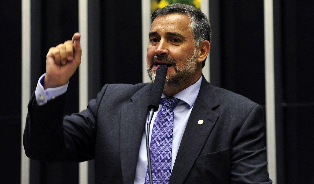 """Deputado Paulo Pimenta (PT-RS), requer sessão no plenário da Câmara pela cassação de Eduardo Cunha """"em um domingo com votação nominal, suspensão da rodada do campeonato brasileiro e transmissão ao vivo pela Rede Globo""""; """"Estou pedindo que vossas excelências, que foram tão cuidadosos, que tinham tanto interesse que o Brasil acompanhasse a sessão contra Dilma, tenham a mesma conduta"""", disse nesta terça-feira (14)"""