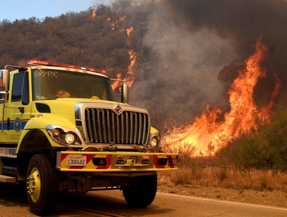 Caminhão dos bombeiros ao lado de incêndio em parque em Los Angeles. REUTERS/Gene Blevins