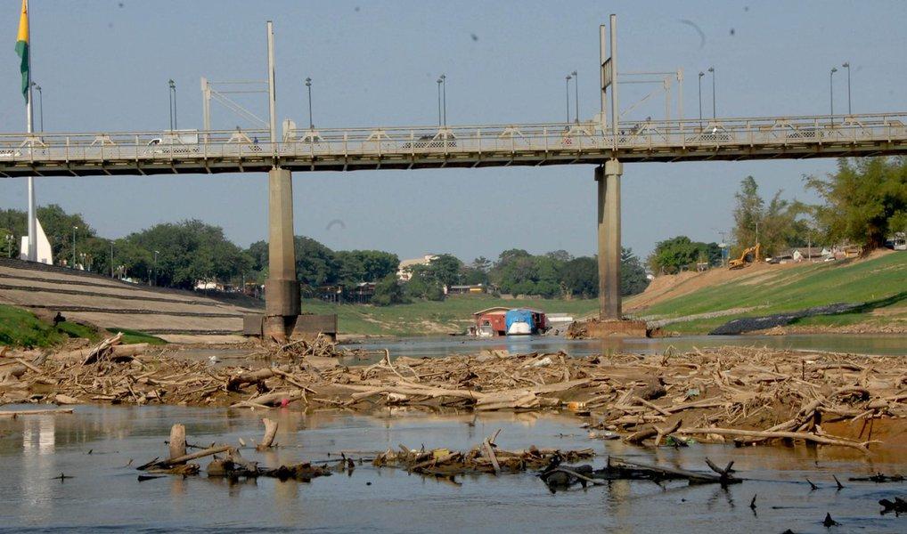 """O Estado do Acre enfrenta a pior seca dos últimos 45 anos; em uma semana, o nível do Rio Acre, que abastece oito municípios acrianos, baixou cerca de 20 centímetros, chegando hoje (22) a 1,6 metro em Rio Branco, capital do estado; """"É a menor cota em 45 anos de medições da Defesa Civil. Nesse momento, enfrentamos uma escassez de água, porque estamos no mês de julho. A menor marca da história ocorreu em setembro de 2011, atingindo 1,5 metro. Isso foi em setembro e nós ainda estamos em julho. Por isso, a situação é bastante complicada aqui em Rio Branco"""", disse o major Cláudio Falcão, do Corpo de Bombeiros"""