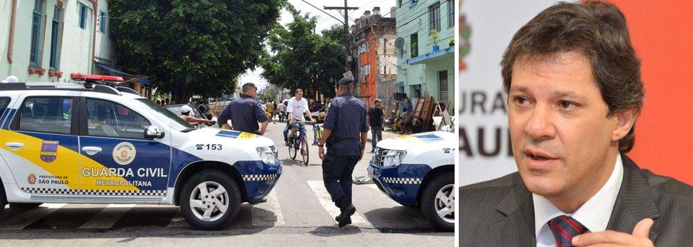 """Guarda civil metropolitano foi preso em flagrante acusado de ter atingido com um tiro na nuca e matado um menino de 11 anos durante uma perseguição policial em Guaianazes, Zona Leste de São Paulo, na manhã de domingo; dois suspeitos de um assalto fugiram do local; o guarda foi liberado após pagamento de fiança; o prefeito Fernando Haddad considerou a abordagem como """"equivocada"""", ordenou """"apuração rigorosa do ocorrido"""" e afastou os agentes envolvidos no episódio até que """"se esclareçam os fatos"""""""