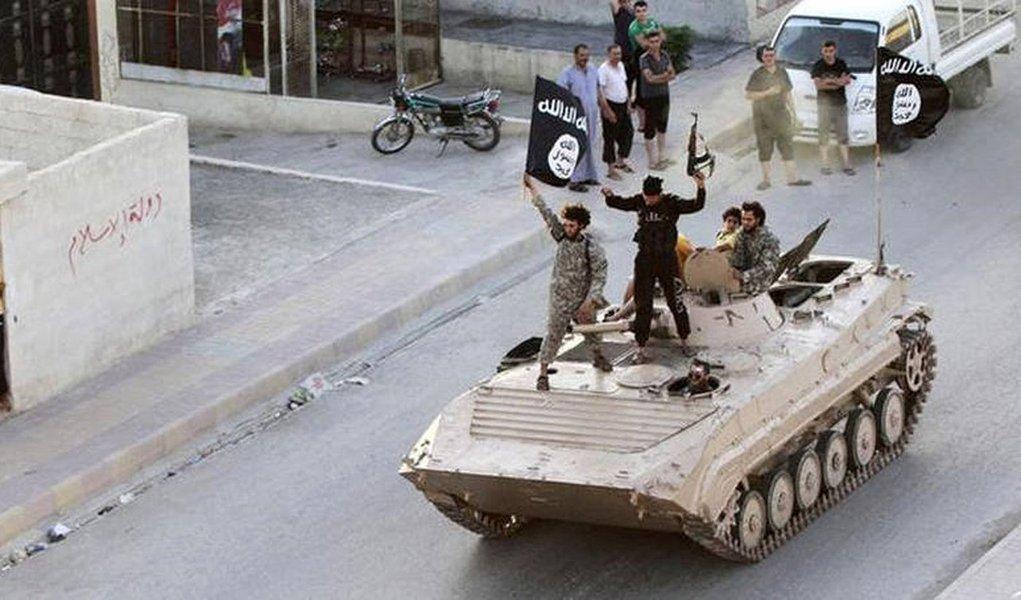 Militantes do grupo Estado Islâmico invadiram várias aldeias próximas às cidades de Al Bab e Manbij, na província síria de Aleppo, e sequestraram mais de 900 habitantes; jihadistas obrigaram um grupo de sequestrados a cavar trincheiras, enquanto utilizavam outros como escudo humano