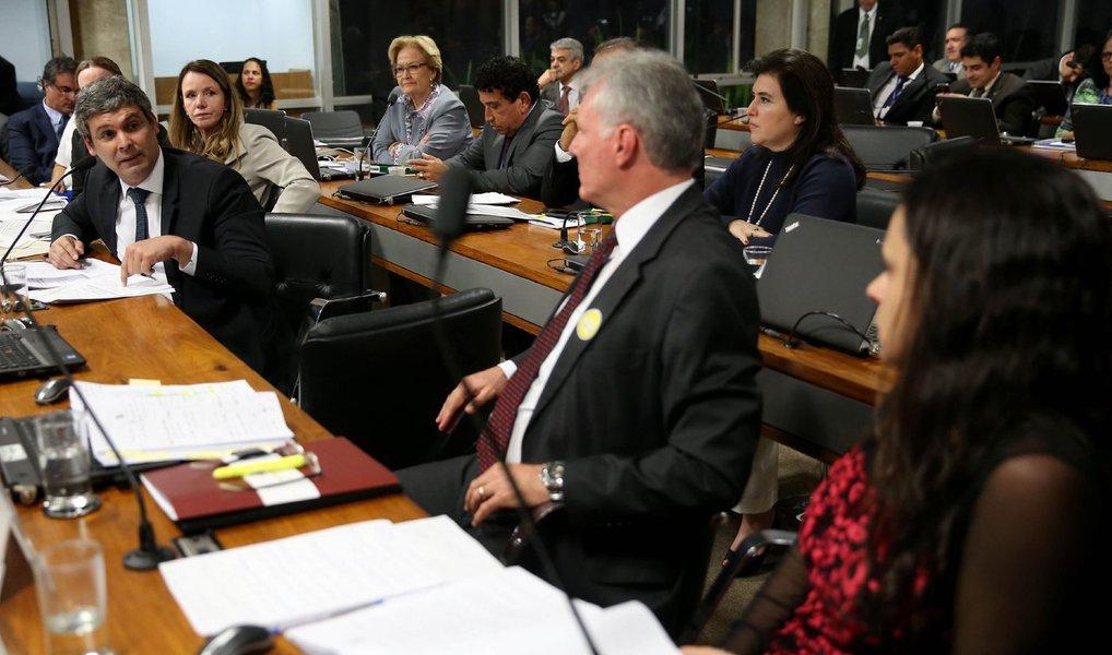 """O senador Lindbergh Farias (PT) acusou aadvogada Janaína Paschoalde usar a comissão do impeachment para se posicionar politicamente, evitando o debate jurídico em torno de eventual crime de responsabilidade que tenha sido cometido pela presidente Dilma Rousseff; o senador disse que advogada tinha sido contratada pelo PSDB e não estava ali por idealismo: """"A senhora começou nesse processo por R$ 45 mil. Foi por isso que a senhora começou. Contratada pelo PSDB, sim. Agora é a idealista. Não venha com esta!"""""""