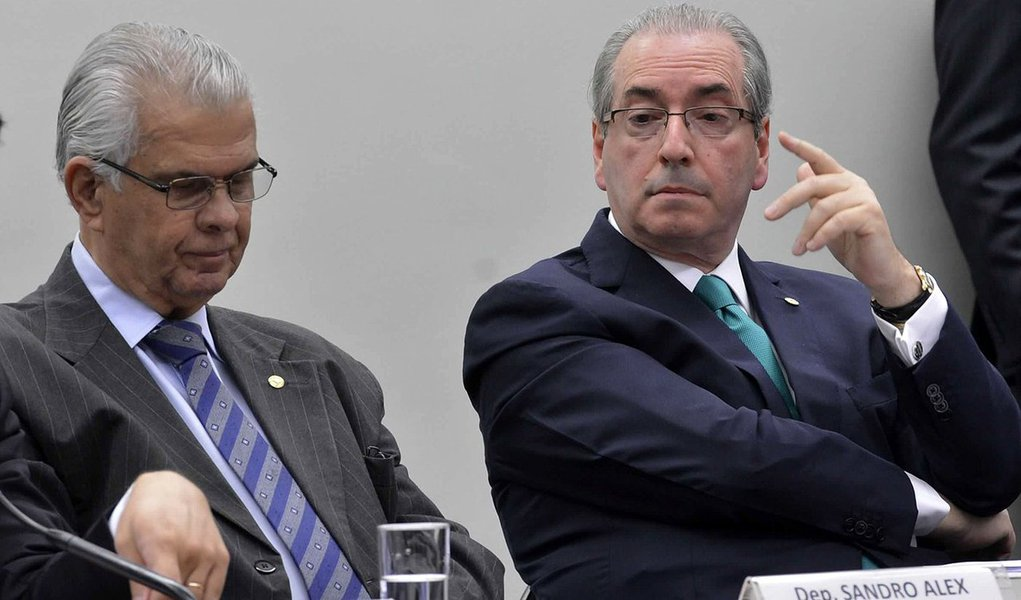 """""""Se for decretada, a prisão terá de ser referendada pelo plenário da Câmara. Adversários de Cunha dizem que já se formou no plenário da Câmara uma maioria folgada pró-cassação. Nessa versão, a oferta de renúncia ao comando da Casa teria chegado tarde demais. Pode ser. Mas não convém baixar a guarda. No Legislativo brasileiro, nada tem história e pouca gente tem biografia. Se permitirem que Cunha salve o mandato, ele acabará substituindo Paulo Maluf como símbolo da reabsolvição eterna"""", diz Josias de Souza"""