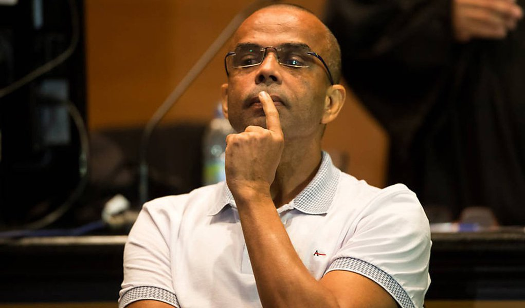 O traficante Luiz Fernando da Costa, o Fernandinho Beira-Mar, foi condenado pelo Conselho de Sentença do 2° Tribunal do Júri da Capital, do TJ-RJ, no crime de homicídio triplamente qualificado (motivo torpe, sem chances de defesa e com emprego de tortura) e por comandar a execução do estudante de informática Michel Anderson Nascimento dos Santos, de 21 anos; Beira-Mar recebeu a pena de 30 anos de prisão; o estudante foi morto, em agosto de 1999, na Favela Beira-Mar, em Duque de Caxias, na Baixada Fluminense após ser torturado, enquanto, da prisão, o traficante dava as ordens por meio de ligação telefônica