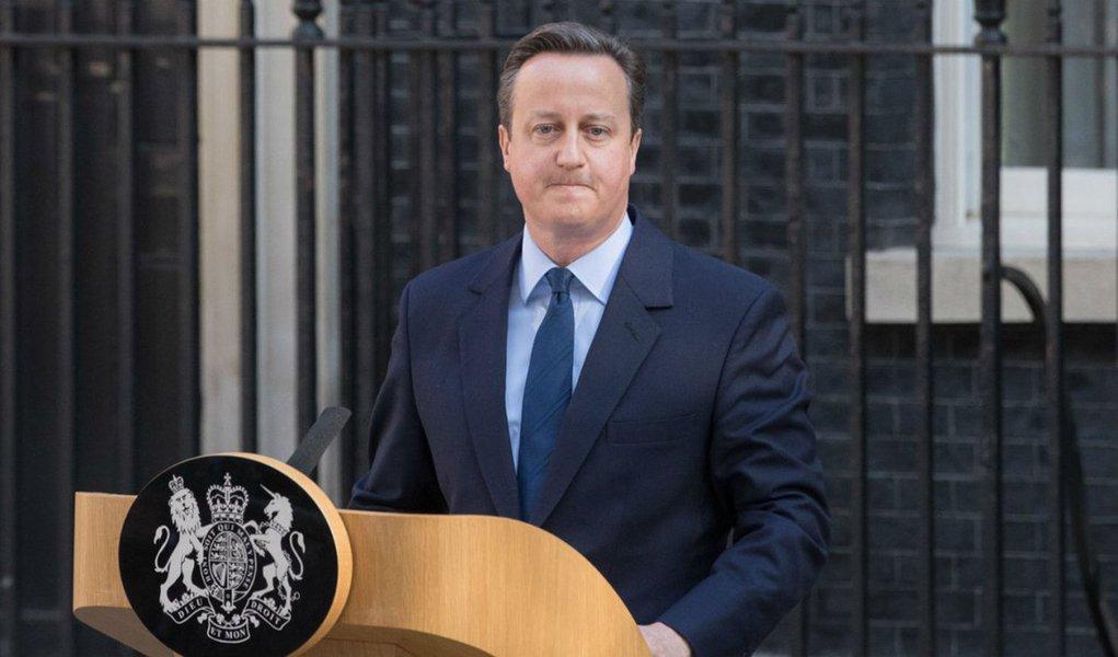 """Em seu primeiro pronunciamento britânico depois da decisão da maioria da população do Reino Unido de deixar a União Europeia, o primeiro-ministro David Cameron defendeu que a Grã Bretanha não deve dar as costas à Europa nem ao resto do mundo; """"O Reino Unido está disposto a abandonar a União Europeia, mas não devemos dar as costas à Europa nem ao resto do mundo"""", afirmou; Cameron foi enfático sobre o resultado do decisão; """"Não pode haver dúvidas sobre o resultado. Estou certo, e o gabinete concordou nesta manhã, que a decisão precisa ser aceita"""""""