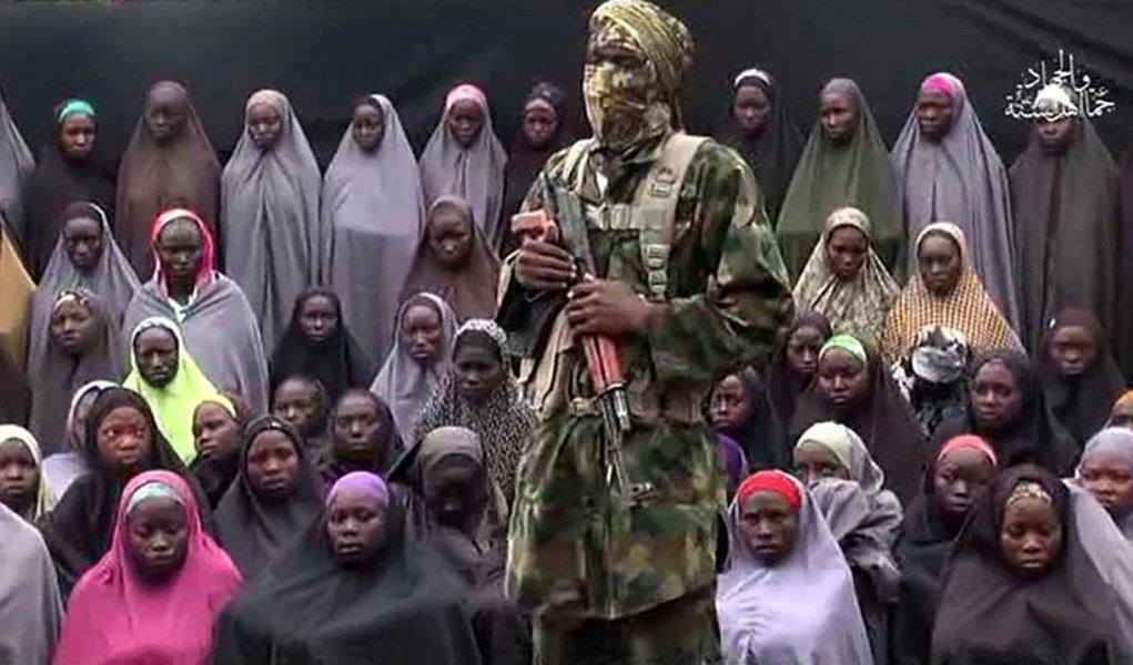 """Há mais de 2 anos do sequestro de 276 garotas pelo grupo terrorista Boko Haram, em uma escola da cidade de Chibok, na Nigéria, 21 das estudantes foram libertadas pelos jihadistas; Segundo Garba Shehu, porta-voz do presidente nigeriano, Muhammadu Buhari, a libertação das meninas foi """"resultado das negociações entre a [nossa] administração e os militantes islâmicos"""""""