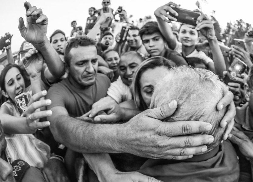 """""""Se eles estão fazendo tudo isso apenas com a ideia de que é preciso impedir que o Lula volte a ser candidato, eles vão ter é que proibir vocês de votar. Não adianta ter medo do Lula, eles têm que ter medo de vocês, que aprenderam a ter direitos, a ter cidadania, a analisar o que é certo e que é errado"""", declarou o ex-presidente Lula, em sua terceira parada no Ceará, no município de Iguatu. Em discurso na tarde desta quarta (21), o petista voltou a criticar o impeachment de Dilma Rousseff e emocionou-se ao relembrar a situação em que viviam os nordestinos"""