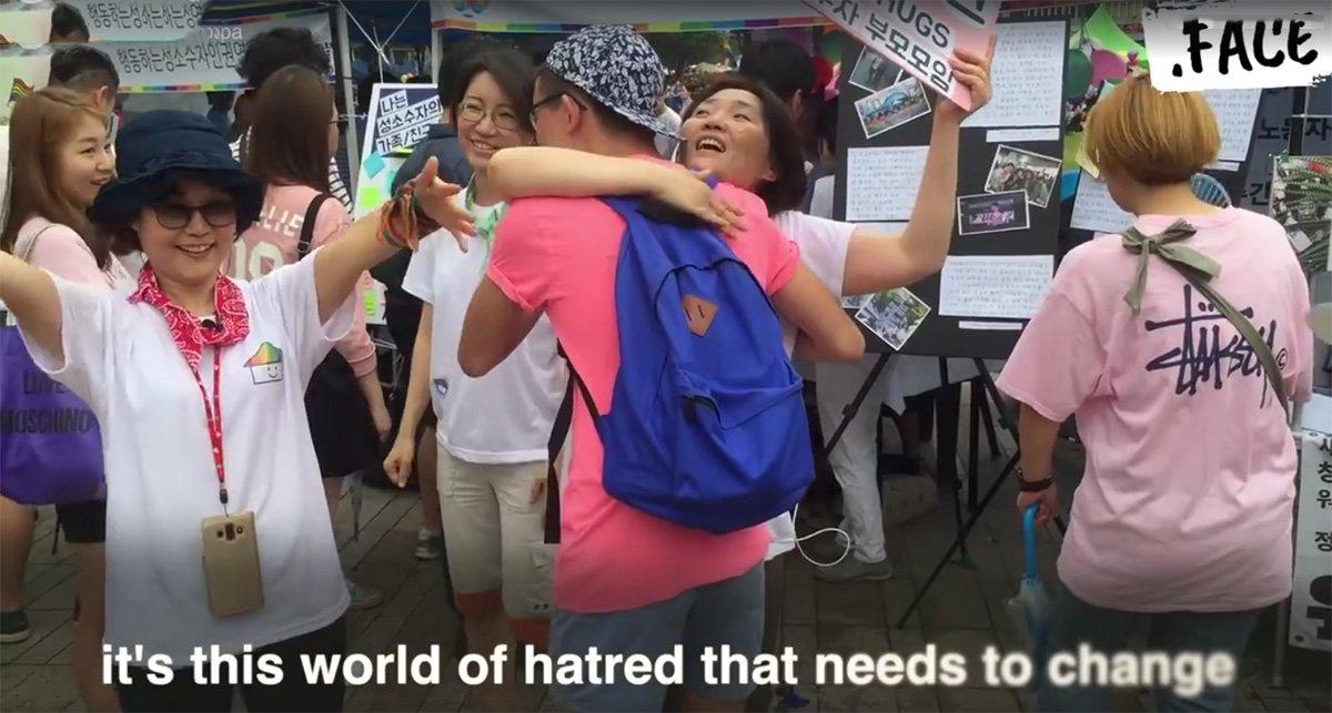 Vídeo tem comovido pessoas em todo o mundo; campanha quer levar à comunidade LGBT o carinho que, muitas vezes, é negado pela família