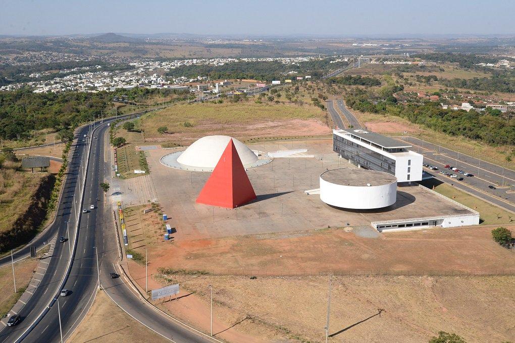 Inaugurado em 31 de março de 2006, o Centro Cultural Oscar Niemeyer transformou a forma como os goianos vivenciam manifestações de cultura, esporte e lazer no Estado de Goiás; idealizado pelo governador Marconi e projetado pelo arquiteto Oscar Niemeyer, o espaço se tornou referência cultural em Goiânia e Região Metropolitana e virou ponto de encontro de jovens da Capital