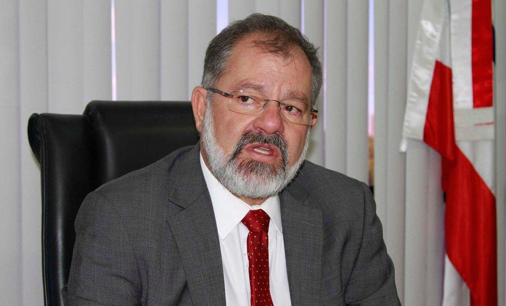 """Para o presidente da Assembleia Legislativa, deputado Marcelo Marcelo Nilo, não tem cabimento o pedido da bancada de oposição para anular a sessão extraordinária de segunda-feira (13), na qual foi votado e aprovado o regime de urgência do projeto de lei do Executivo que institui condições para manutenção de incentivos fiscais ao setor produtivo; a minoria alega que não havia quórum mínimo para abertura da sessão; Nilo, por sua vez, diz que 21 deputados assinaram um requerimento para convocar a sessão, """"o que descredencia o questionamento"""" de quórum; """"Eles estão cometendo um equívoco, pois 21 deputados assinaram um requerimento convocando a sessão extraordinária. Quando chega com 21 assinaturas, eu tenho obrigação de abrir a sessão"""""""