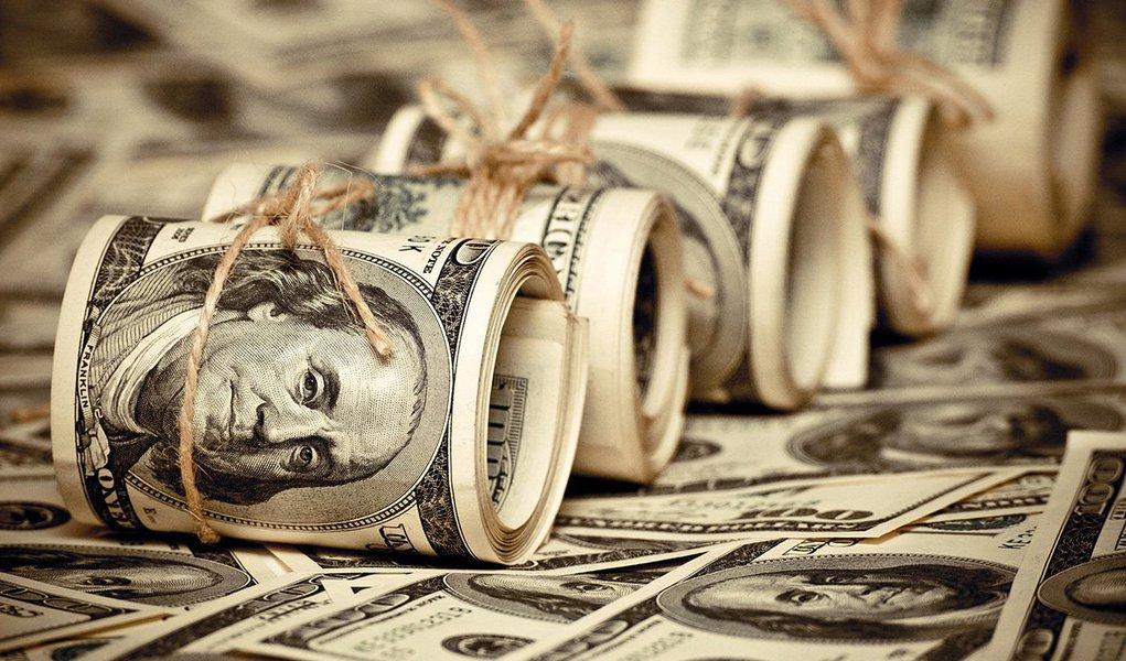 O dólar recuava mais de 2% e se aproximava de R$ 3,30 pela primeira vez em quase um ano nesta terça-feira, reagindo à recuperação dos mercados globais após duas sessões de mau humor com a decisão do Reino Unido de deixar a União Europeia e à perspectiva de que o Banco Central brasileiro não deve cortar os juros tão cedo