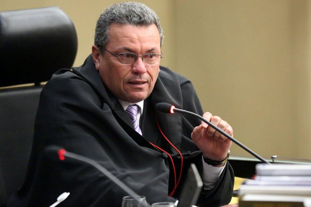 O desembargador Domingos Neto, relator do processo que julga os recursos de 9 réus da Operação Taturana, manteve as penalidades aos deputados e ex-deputados; no entanto, o pedido de vista de outro desembargador para esclarecer dúvidas suspendeu o julgamento, que começou no início da manhã de hoje (22); o Ministério Público pediu a punição dos envolvidos no esquema que resultou em um rombo de R$ 300 milhões aos cofres da Assembleia Legislativa para custear um empréstimo feito ao Banco Rural