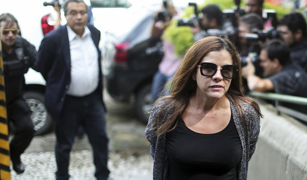 A defesa da empresária Mônica Moura, mulher do marqueteiro João Santana, entrou com pedido de liberdade no STF; o pedido foi feito após Mônica admitir, em depoimento perante o juiz federal Sérgio Moro, que o casal recebeu US$ 4,5 milhões de caixa 2 no exterior, referentes a uma dívida da campanha presidencial do PT nas eleições de 2010; Mônica e o marido estão presos há cinco meses, em Curitiba, após investigações da Operação Lava Jato; devido ao período de recesso do STF, a petição foi encaminhada do presidente da Corte, Ricardo Lewandowski