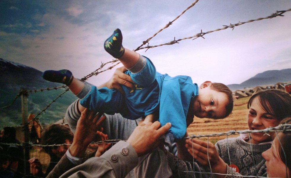O relatórioTendências Globais,da Acnur, informa que, dos 65,3 milhões de refugiados existentes em 2015, 3,2 milhões se encontravam em países industrializados aguardando solicitações de refúgio. Cerca de 21,3 milhões de refugiados estavam em outras regiões ao redor do mundo e 40,8 milhões foram forçados a fugir de suas casas, mas continuam dentro das fronteiras de seus próprios países