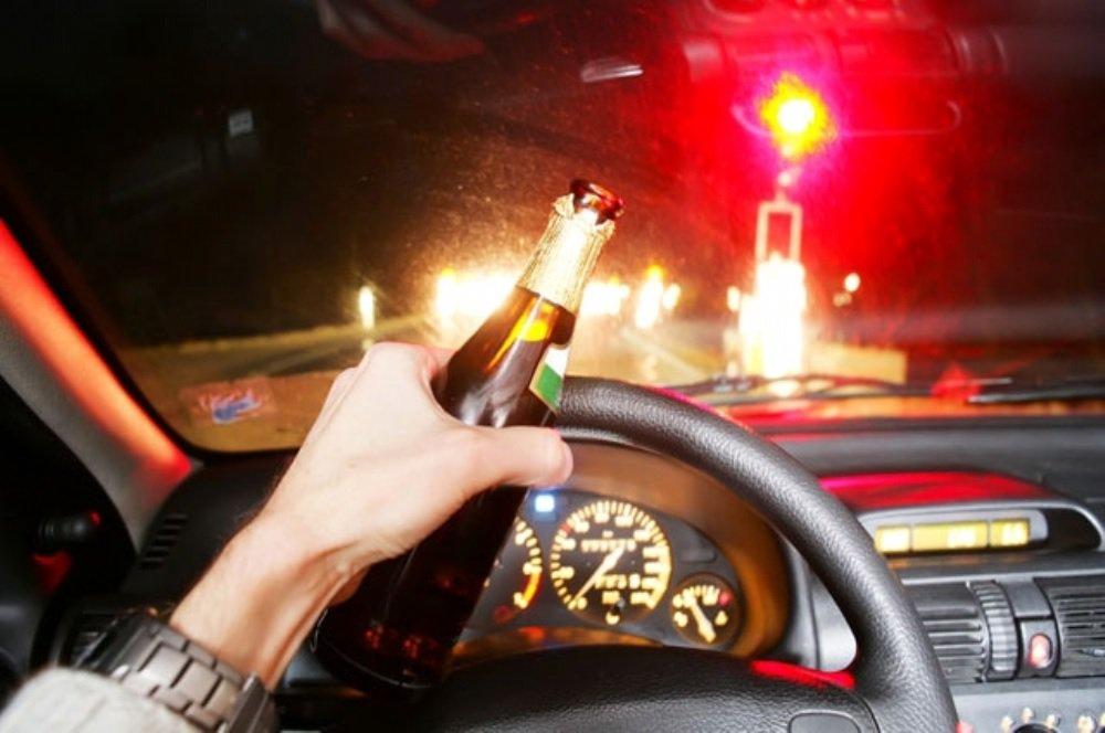 Quem for pego pela Operação Lei Seca dirigindo alcoolizado ou se recusar a fazer o teste do bafômetro, a partir do dia 1º de novembro, pagará uma multa muito superior ao valor cobrado atualmente, que é de R$ 1.915; devido a mudanças na legislação de trânsito, o valor subirá para R$ 2.934,70 e o motorista ainda terá a carteira de habilitação suspensa pelo prazo de 12 meses; o motorista que falar ao celular enquanto dirige também será penalizado com mais rigor: de infração média (multa de R$ 85,13) para gravíssima (R$ 191,54); e quem estacionar indevidamente em vaga de idoso ou deficiente perderá sete pontos na carteira