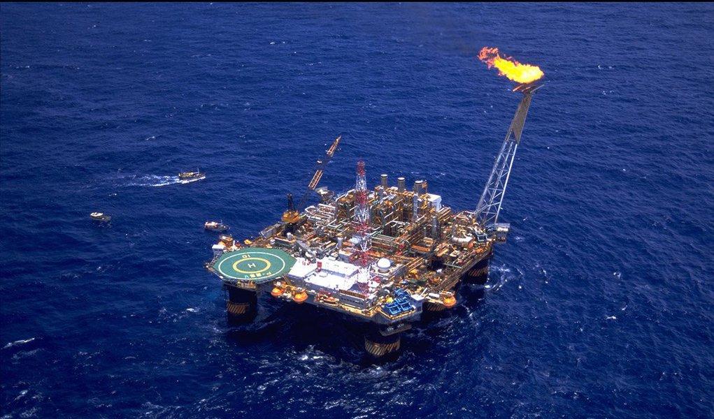 Agência Nacional do Petróleo, Gás Natural e Biocombustíveis (ANP) investiga se petroleiras estão sonegando impostos ao vender petróleo produzido no Brasil; segundo o diretor da autarquia Waldyr Barroso,foram identificados dois casos em que as empresas mudaram os preços de venda de forma atípica; investigação já dura quatro meses e não tem prazo para conclusão