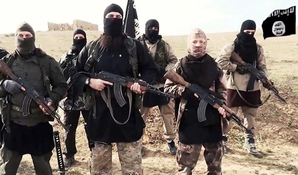 """""""Os representantes dos terroristas queimaram vivos sete companheiros que fugiram de um combate na região da cidade de Fallujah"""", informou o canal de televisão Fox; segundo a informação, os desertores foram amarrados e levados para uma caldeira com água fervendo; comandantes do Estado Islâmico mataram 19 pessoas que se negaram a participar de um combate no centro da cidade"""