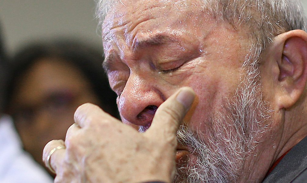 Lula está se movendo no ritmo de Paulinho da Viola, como o velho marinheiro, que durante o nevoeiro toca o barco devagar. E muito provavelmente alguns idiotas devem ter comemorado hoje o choro de Lula. Mas eles não entenderam nada. Absolutamente nada