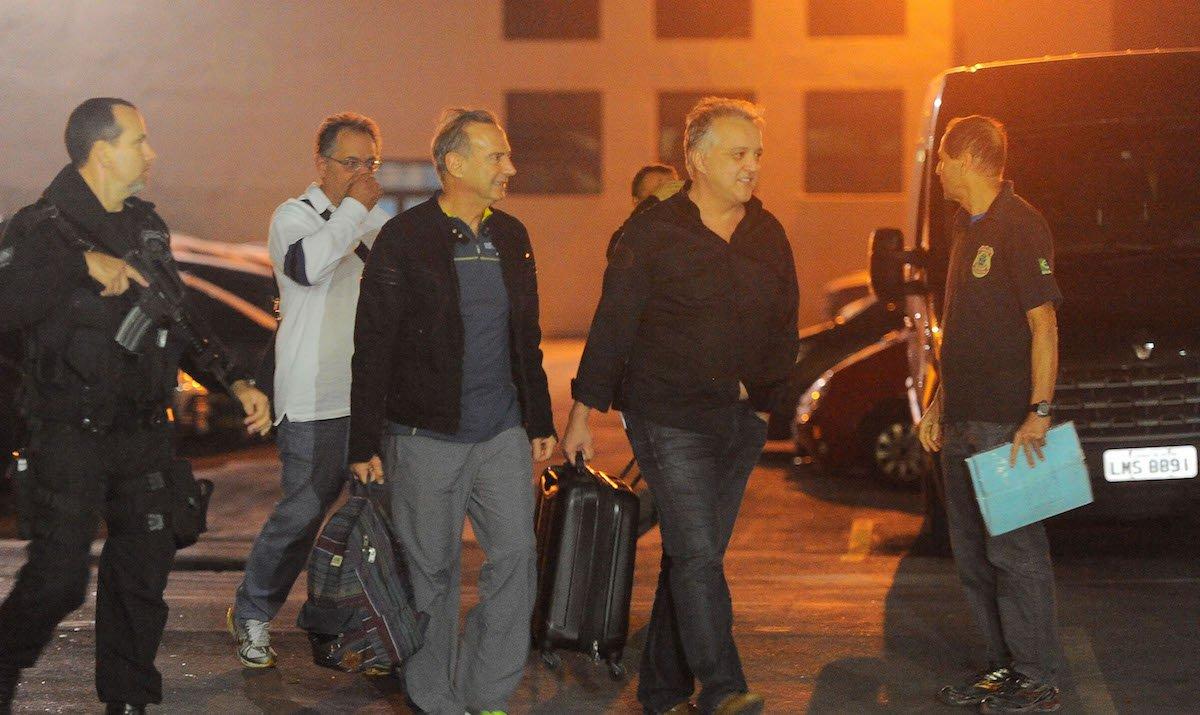 Rio de Janeiro - Empresário Carlinhos Cachoeira (de preto), o ex-diretor da Delta, Cláudio Abreu (de branco) e o empresário Adir Assad (de jaqueta) embarcam na viatura da Polícia Federal (Fernando Frazão/Agência Brasil)