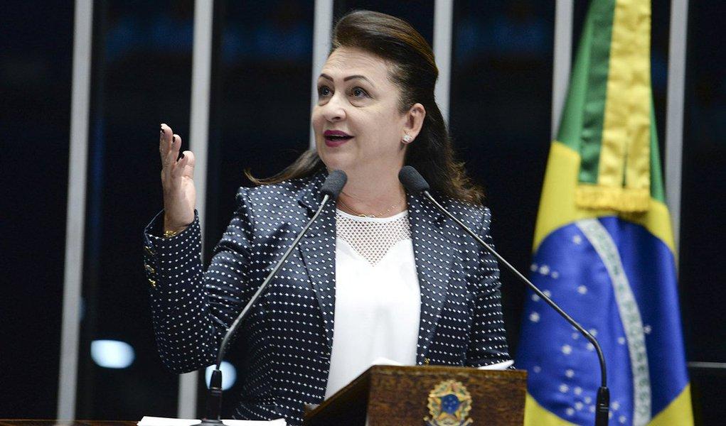 """A senadora Kátia Abreu (PMDB-TO) classificou como """"demagogo"""" e """"oportunista"""" o discurso adotado por alguns candidatos que negam ser políticos, mas sim gestores ou empresários; em pronunciamento no plenário do Senado, ela também falou da importância de ser aprovar a reforma política;""""Esse é um discurso falso, oportunista, demagogo, que destrói a democracia. Digo para o povo do meu Tocantins e do Brasil que tenho orgulho em ser política. Eu tenho quase vinte anos de vida pública e não tenho nenhuma acusação de corrupção em toda a minha carreira. Adoro ser política porque eu penso que, por meio da política, você pode transformar a vida das pessoas para o melhor"""", afirmou a parlamentar"""