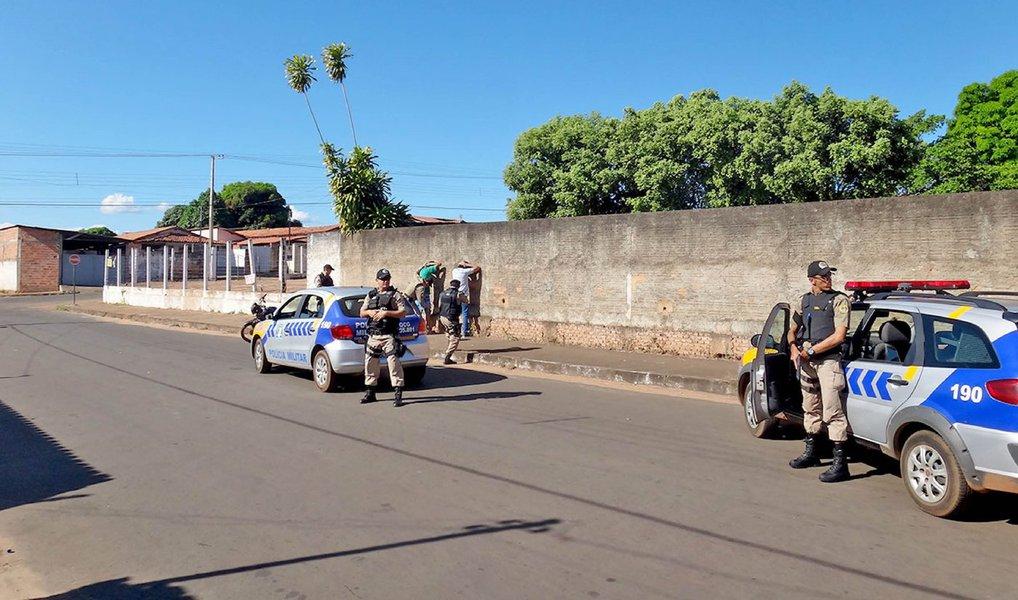 O comando da Polícia Militar do Tocantins (PMTO) afirmou que realizará nos próximos dias, na cidade de Araguaína, ações emergenciais para diminuir os índices de criminalidade; nos últimos 30 dias foram registrados quatro latrocínios na cidade; ao todo, 54 homicídios foram registrados neste ano e mais de 3,5 mil ocorrências de assaltos; segundo o comandante-geral da Polícia Militar do Tocantins, coronel Glauber de Oliveira Santos,o reforço no policiamento está sendo feito pelos próprios militares do 2º Batalhão da PM de Araguaína, que passarão a trabalhar em horários extraordinários, com uma carga maior de trabalho devidamente remunerada