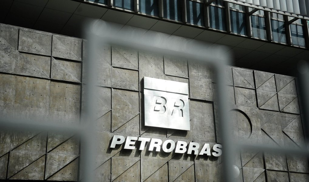 A Petrobras finalizou nesta quarta (27) a operação de venda da totalidade de sua participação de 67,19% na Petrobras Argentina (PESA) para a Pampa Energía; o negócio chegou a US$ 897 milhões; segundo a Petrobras, a operação, realizada por meio de processo competitivo, é parte importante do plano de desinvestimentos (venda de ativos) da empresa