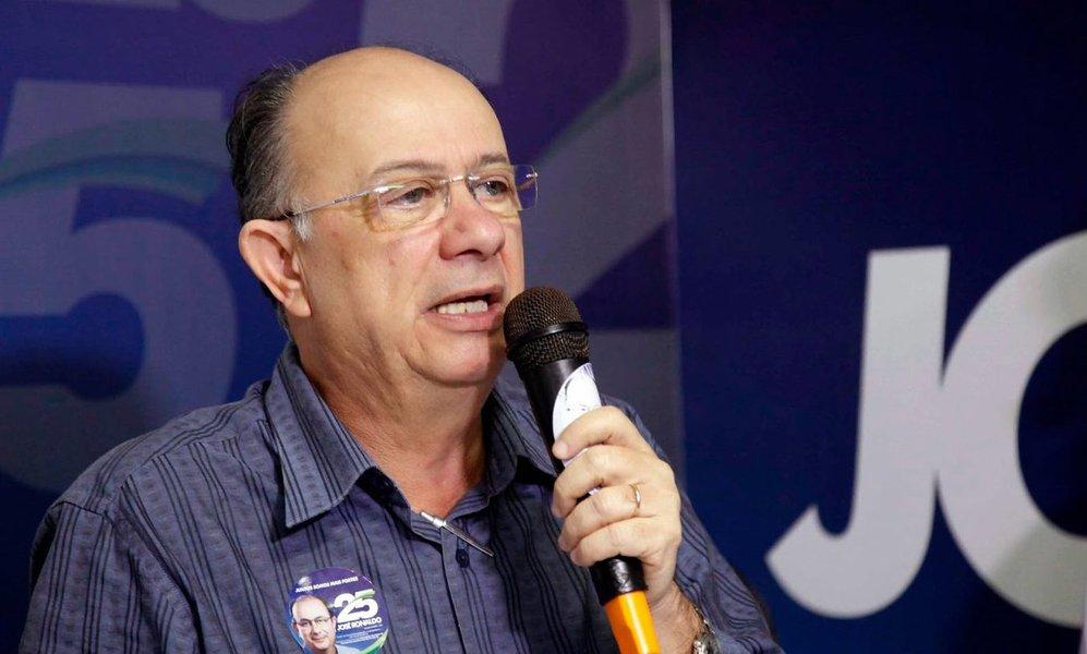 Além de Salvador e Camaçari, o Democratas (DEM) tem candidato favorito à prefeitura de Feira de Santana, segunda maior cidade da Bahia, onde José Ronaldo lidera com folga as pesquisas de intenção de voto; levantamento do instituto Ibope divulgado nesta sexta-feira aponta o democrata com 70% das intenções de voto, números que lhe dariam a vitória no primeiro turno se a disputa fosse hoje; o candidato do PT, Zé Neto, ficou na segunda colocação, com 14%