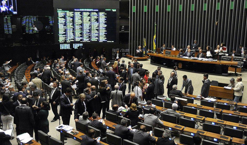 """A cassação cada vez mais certa do mandato de Eduardo Cunha (PMDB) terá como efeito imediato nova eleição para a presidência da Câmara em um prazo de cinco sessões; vencedor cumprirá um mandato-tampão até 1º de fevereiro de 2017; grupo com o maior número de candidatos e de partidos reunidos é o chamado """"centrão"""", formado por PP, PR, PSD, PTB, PRB e outras siglas, que reúne pouco mais de 200 dos 513 deputados;entre os candidatos deste grupo estão Rogério Rosso (PSD-DF), Jovair Arantes (PTB-GO), Beto Mansur (PRB-SP), entre outros; antiga oposição a Dilma —PSDB, DEM, PSB e PPS quer nome sem vínculo com Cunha"""