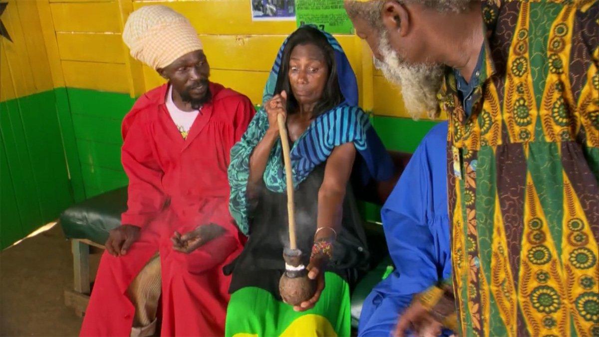 """""""O Globo Repórter desta sexta-feira chamou a atenção do público não só por falar sobre a Jamaica, mas também por mostrar Glória Maria experimentando maconha durante a visita a uma comunidade rastafari chamada Bobo Ashanti, que é a mais ortodoxa"""", conta o poeta Lula Miranda, colunista do 247; """"A experiência da jornalista, claro, não passou em branco e em poucos minutos o nome dela estava entre os assuntos mais comentados no Twitter"""""""