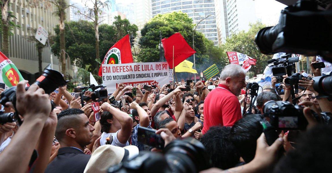 Os advogados do ex-presidente Lula estarão em Nova York na próxima terça-feira, antes da Assembleia Geral das Nações Unidas, onde pretendem entregar para as delegações de centenas de países memoriais sobre o que consideram ser o fim do estado de Direito no Brasil e a perseguição judicial empreendida contra Lula e o Partido dos Trabalhadores; essa movimentação constrangerá Michel Temer, que fará o discurso de abertura da Assembleia; a defesa vai aos EUA a convite de entidades internacionais de defesa de direitos humanos, que também foi dirigido ao advogado Geoffrey Robertson, responsável pelo recurso de Lula em Genebra; ontem, após se defender, Lula agradeceu aos militantes que o aguardavam do lado de fora de um hotel no centro de São Paulo