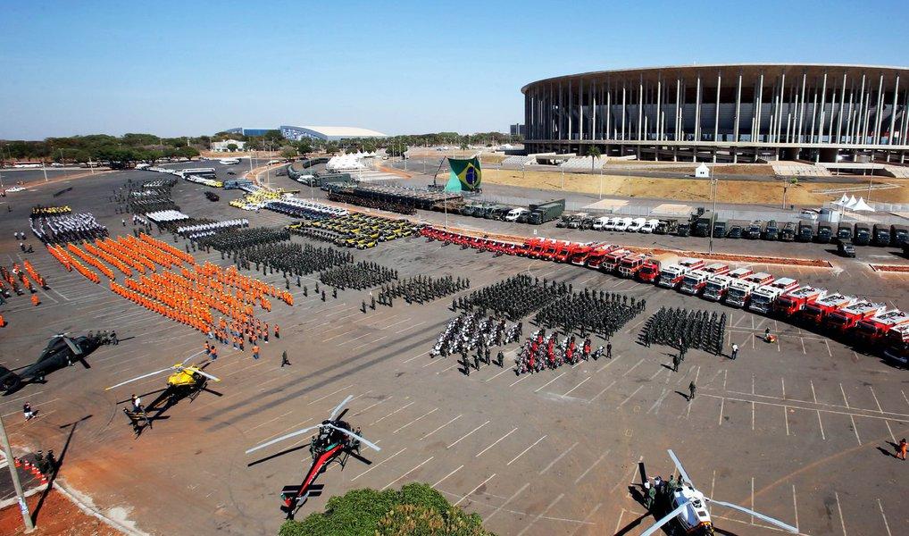 O aparato para a Olimpíada 2016 foi apresentado no anel externo do Estádio Nacional de Brasília Mané Garrincha; cerca de 1,2 mil profissionais de órgãos da segurança pública do DF — entre Polícias Civil e Militar, Corpo de Bombeiros e Detran-DF, além do DER-DF e do Samu — e 2.050 militares das Forças Armadas (Aeronáutica, Exército e Marinha) compareceram à apresentação; aOperação Olimpíadascomeça no domingo (24) e vai até 15 de agosto; nesse período, serão mobilizados 4,5 mil profissionais da segurança pública do DF; o efetivo ainda contará com 4 mil militares das Forças Armadas