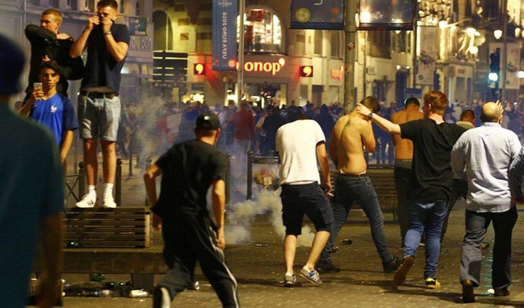 Uefa informou que lamenta os confrontos nas ruas de Lille durante a noite na véspera da partida da Euro 2016 entre Inglaterra e País de Gales, mas que não vai tomar nenhuma providência para punir a violência entre torcedores;tropa de choque da polícia francesa realizou prisões e usou gás lacrimogêno para dispersar torcedores ingleses na noite de quarta-feir, confrontos deixaram cerca de 50 pessoas feridas e 16 delas foram hospitalizadas