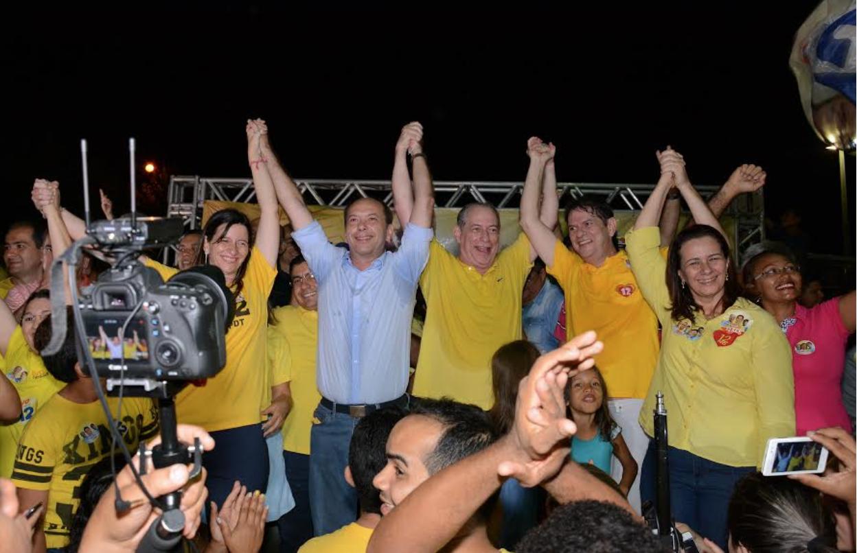 Ciro e Cid Gomes uniram forças ao irmão Ivo Gomes (PDT), que disputa a prefeitura de Sobral. Juntos, os três participaram de comício realizado na noite desta terça-feira (20). Em situação de empate técnico com Moses Rodrigues (PMDB), Ivo fez questão de afirmar que irá trabalhar ao lado dos ex-governadores do Ceará