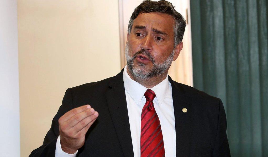 """O deputado Paulo Pimenta (PT-RS) criticou o """"pacote de bondades"""" que o governo interino de Michel Temer prepara com o objetivo de agradar a base no Congresso, entre as quais a liberação de emendas parlamentares para obras de infraestrutura já contratadas;""""A base de Temer não quer direito de trabalhador, quer vantagem pessoal, troca de favor. Era isso o que eles (os deputados fisiológicos) cobravam da Dilma, e ela não fazia esse jogo miúdo"""", disparou; segundo ele, """"ogoverno Temer recebeu apoio de grupos conservadores"""" e """"tem um preço a pagar"""", que é afrontar os direitos dos trabalhadores"""