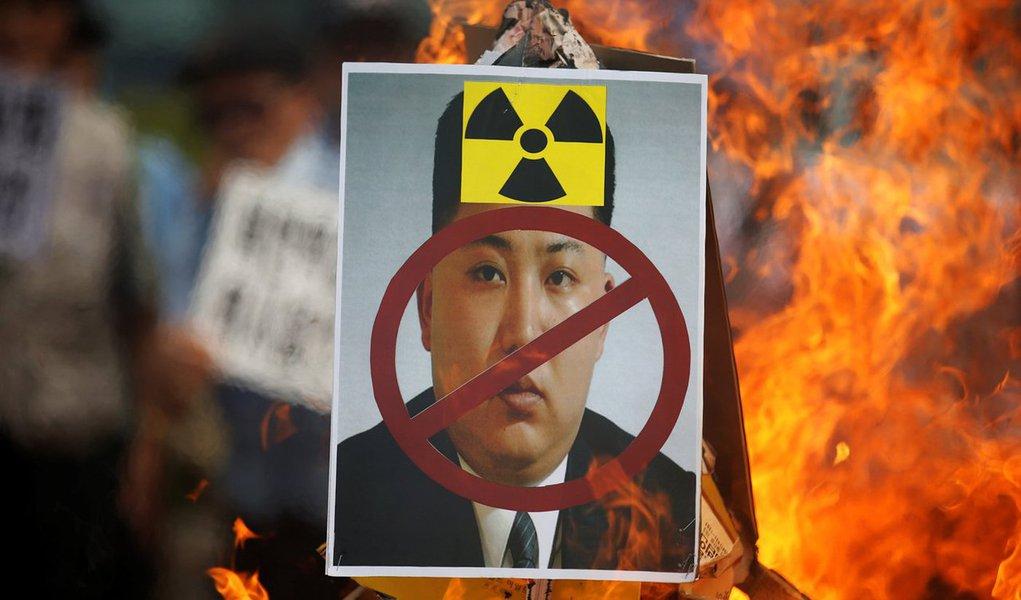 """Coreia do Norte avisou aos Estados Unidos que as """"imprudentes"""" ações militares de Washington estão agravando fortemente a situação na região; após o último teste nuclear feito pela Coreia do Norte, os Estados Unidos enviaram dois bombardeiros B-1B para a base da aviação perto de Seul e planejam deslocar um porta-aviões para a região; """"Estas extremas e imprudentes provocações dos guerrilheiros imperialistas dos estados Unidos estão forçando a situação da península coreana a apertar o botão de explosão de hora em hora"""", disse o governo norte-coreano"""