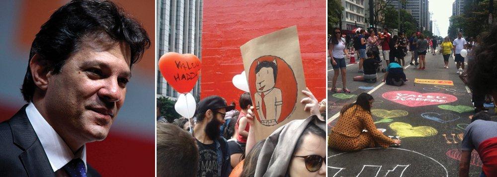 Um grupo de manifestantes se reuniu em frente ao MASP por volta do meio-dia deste domingo em ato que pede a candidatura do prefeito de São Paulo, Fernando Haddad (PT), ao governo do Estado em 2018; um grupo toca maracatu, e outro desenha corações no asfalto, com giz colorido, pedindo que o prefeito seja candidato no próximo pleito; há também balões coloridos, em forma de coração, um branco e outro vermelho, com um pequeno cartaz com os dizeres 'Valeu Haddad'