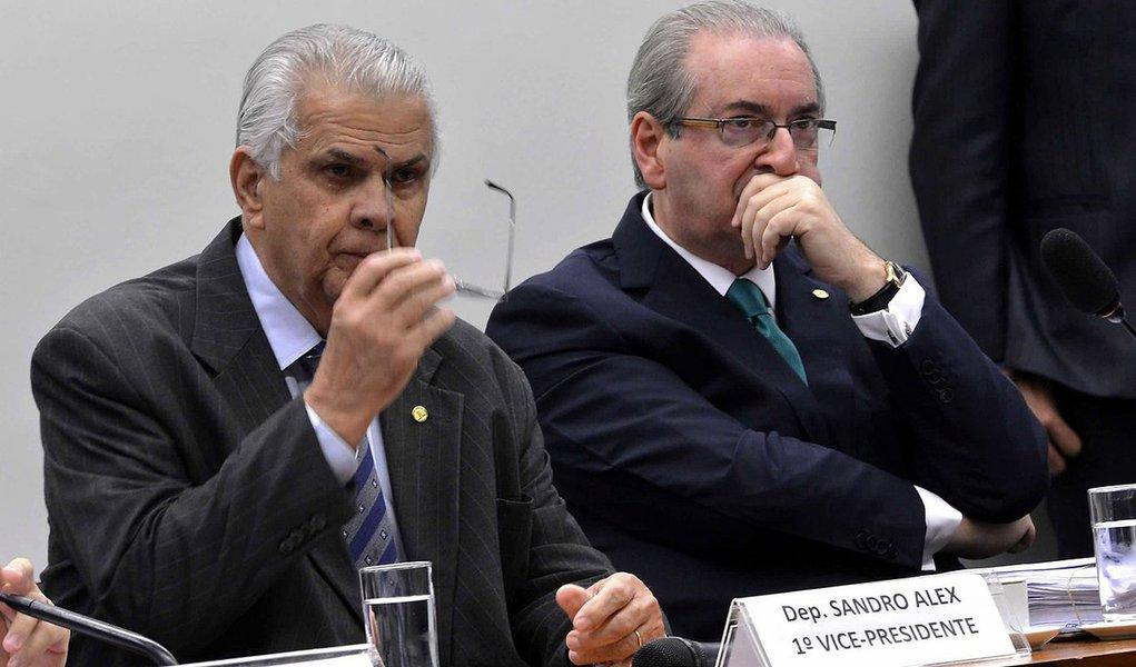 """Para o presidente do Conselho de Ética, José Carlos Araújo (PR-BA), os deputados que estavam em dúvida sobre a cassação de Eduardo Cunha, tiveram a comprovação de crime peloSupremo Tribunal Federal (STF), que acolheu uma nova denúncia contra ele; """"Agora Eduardo Cunha não tem mais escapatória. Agora os deputados têm certeza não só de que ele mentiu, mas que tinha uma conta irregular no exterior. A representação engloba tudo: mentiu, desviou dinheiro para uma conta no exterior, recebeu propina e todo o resto que estamos vendo nas investigações"""", disse"""