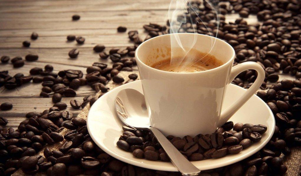 """Não existem provas conclusivas de que beber café provoca câncer, irá dizer a agência da Organização Mundial da Saúde (OMS) dedicada à doença, revertendo seu parecer anterior, mas também irá alertar que bebidas """"muito quentes"""" provavelmente são carcinógenas"""