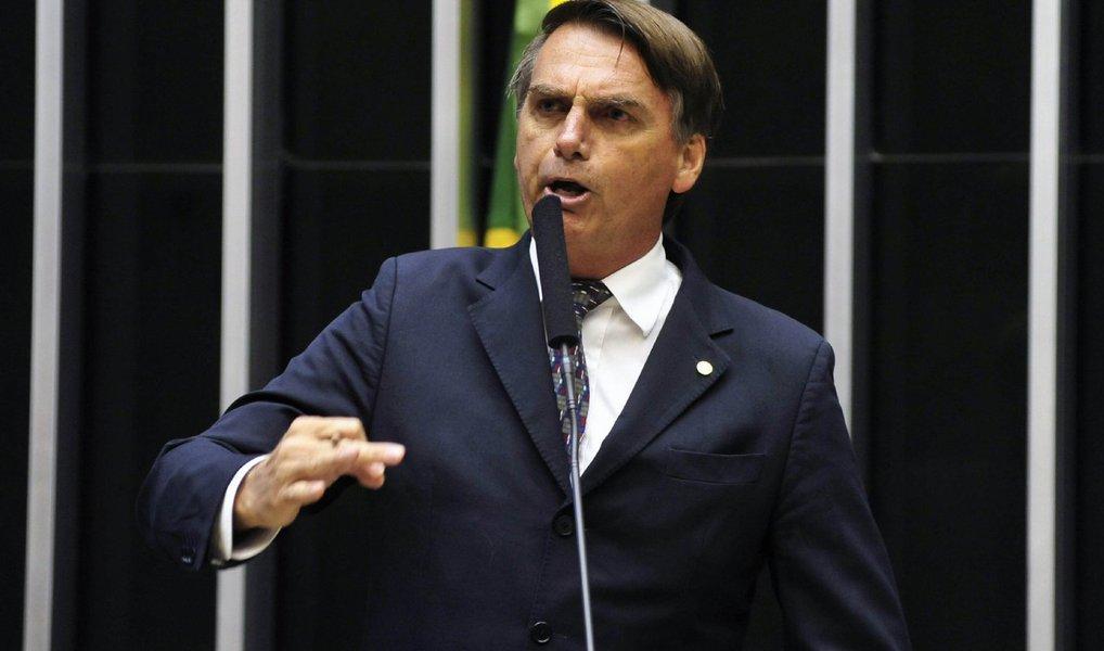 """O deputado Jair Bolsonaro (PSC-RJ) disse nesta terça (21) que a decisão do Supremo Tribunal Federal de aceitar denúncia contra ele por incitação ao crime de estupro por discurso proferido em 2014 fere a imunidade parlamentar; para ele, a decisão é uma sinalização de que a imunidade parlamentar por palavras, opinião e voto """"não é mais absoluta""""; """"Eu apelo humildemente aos ministros dos STF que votaram para abrir o processo para não me condenar, que reflitam sobre esse caso, não só a questão da imunidade, bem como onde eu estou"""", disse"""