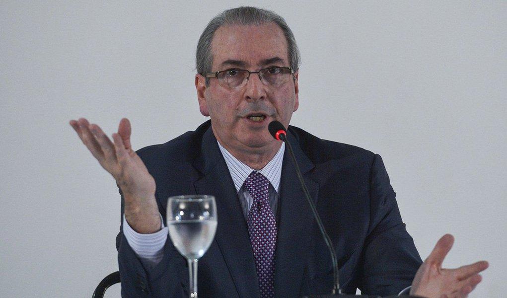 O ex-deputado Eduardo Cunha protocolou nesta quarta-feira na Câmara um pedido para suspender a cassação de seu mandato até que o plenário decida se deveria ter havido a votação de uma pena mais branda;a defesa argumenta que uma questão de ordem apresentada pelo deputado Carlos Marun não foi sequer apreciada pelo plenário e cita que no julgamento do impeachment de Dilma Rousseff, o então presidente do STF, Ricardo Lewandowski, reconheceu que a decisão sobre aceitar ou não o fatiamento da pena era do plenário do Senado
