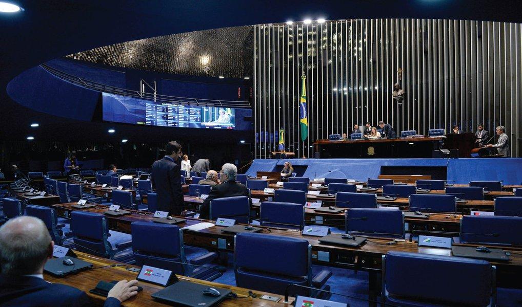 Sem acordo para votação, o plenário do Senado adiou nesta quarta (6), por três dias, a análise do Projeto de Lei nº 186, que libera a exploração e regulamenta os jogos de azar, como cassinos, bingos, jogo do bicho e videojogos no Brasil; como a proposta estava na pauta de votações de hoje, os líderes partidários fecharam um acordo para aprovar um requerimento a fim de adiar a apreciação da matéria; os jogos de azar são proibidos no país há 70 anos