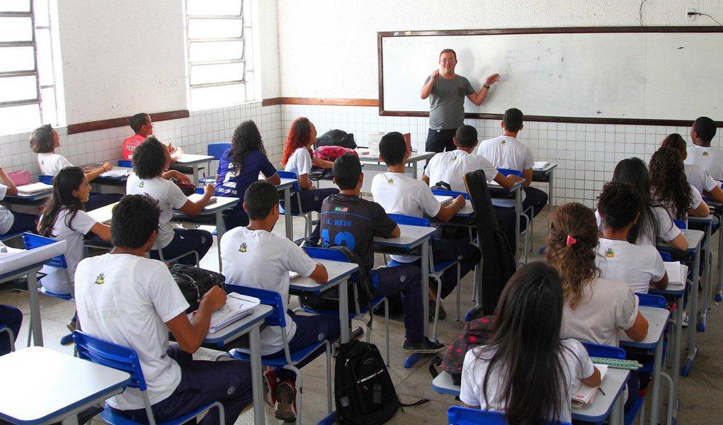 Auditoria realizada pelo governo do Maranhão, entre os meses de maio e julho deste ano, revelou que 2.439 professores da Rede Estadual de Ensino estão fora das salas de aula das escolas do Estado; isso representa um prejuízo de R$ 100 milhões ao erário público, além dos encargos trabalhistas específicos para profissionais que atuam em sala de aula
