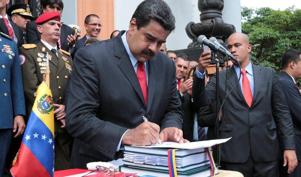 Eleições estaduais da Venezuela irão acontecer em 2017, e não em dezembro, como esperado, informou o conselho eleitoral do país; opositoresdizem que as autoridades adiaram as eleições – e que também estão tentando desencaminhar um referendo revogatório do presidente venezuelano, Nicolás Maduro – por estarem com medo de deixar os cidadãos dizerem o que pensam nas urnas