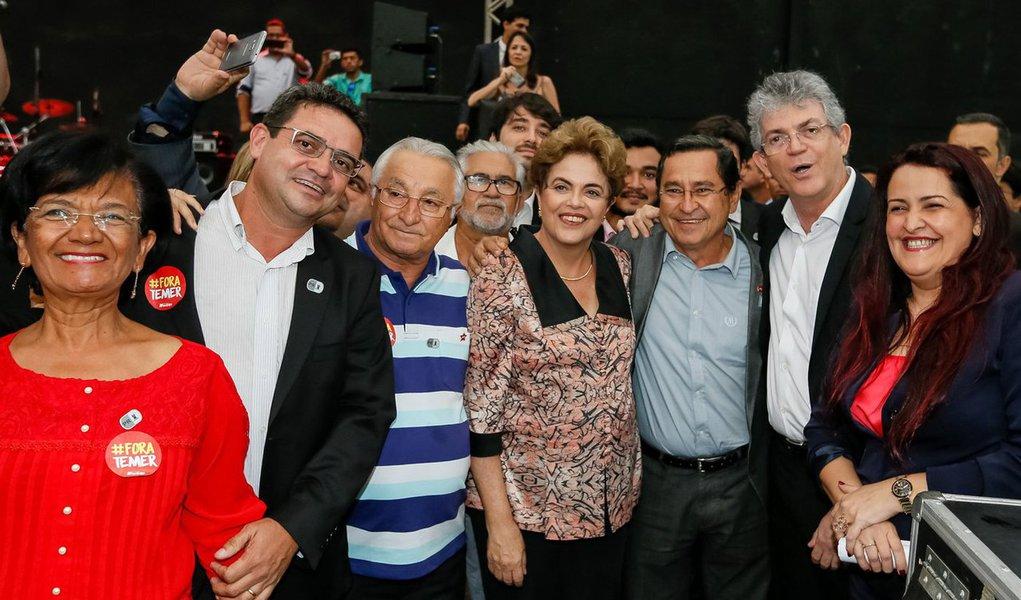 """Presidente Dilma Rousseff comentou a delação de Sérgio Machado, ex-presidente da Transpetro, que cita suposta propina ao interino Michel Temer; segundo ela, um dos objetivos do impeachment é evitar que a Lava Jato atinja integrantes do governo do PMDB e aliados; """"Há uma tentativa que deu certo quando a solução Temer virou um processo de impeachment a fim de evitar duas coisas. De um lado, submeter o País ao que você acredita, a sua pauta. A outra é impedir que o processo de investigação atinja integrantes do governo provisório"""", afirmou a presidente, após participar de um evento em João Pessoa; ela reiterou que os acontecimentos posteriores ao golpe deixam mais clara a """"forte relação"""" entre Temer e Cunha"""