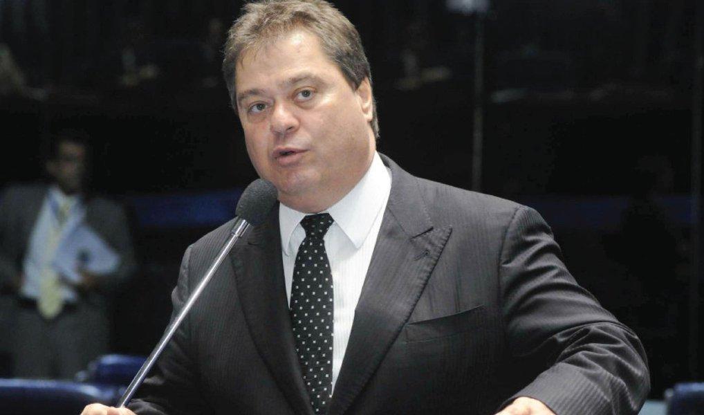 A Justiça Federal do Paraná homologou nesta quinta (21) o acordo de delação premiada do ex-senador Gim Argello, um dos presos na Operação Lava Jato; ele está detido em Curitiba desde abril; ex-líder do PTB no Senado, o ex-parlamentar atuava com desenvoltura no Congresso entre 2011 e 2014 e tinha acesso fácil à cúpula de partidos como PMDB; de acordo com as investigações, Gim agiu para evitar a convocação de empreiteiros na CPI