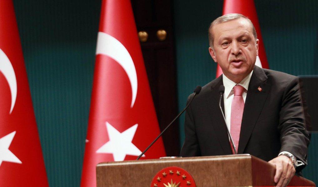Turquia procurou assegurar a seus cidadãos e ao restante do mundo nesta quinta-feira de que não haverá um retorno à repressão intensa do passado, apesar de o presidente turco, Recep Tayyip Erdogan, ter imposto o primeiro estado de emergência de âmbito nacional desde a década de 1980; estado de emergência deverá durar ao menos três meses e permitirá ao governo adotar medidas rápidas contra apoiadores do golpe; cerca de 60 mil soldados, policiais, juízes, servidores públicos e professores foram suspensos, detidos ou postos sob investigação desde que o golpe foi frustrado, na semana passada