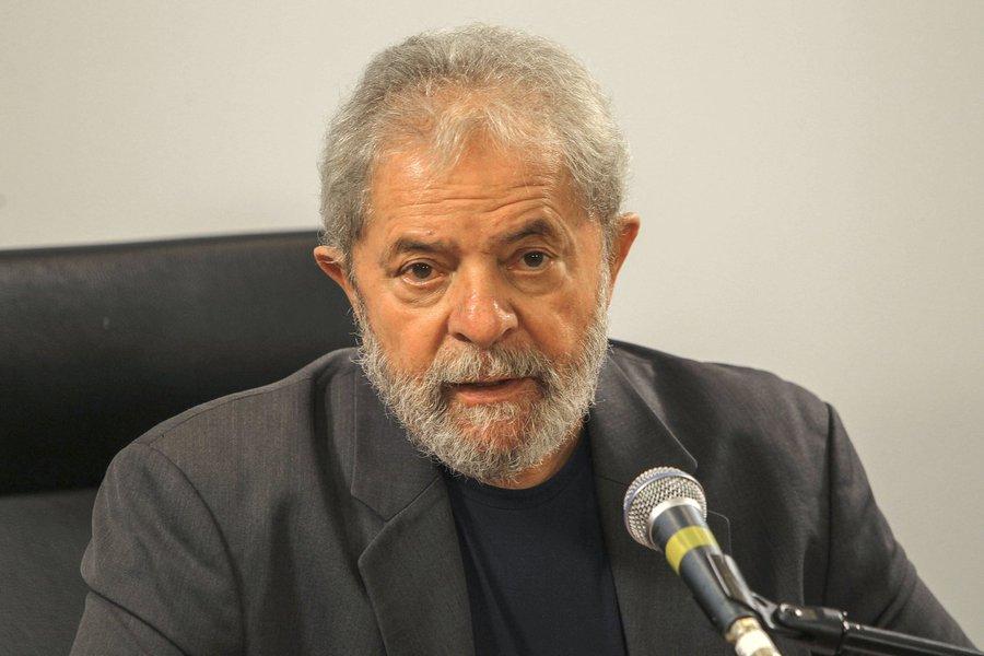 """O ex-presidente Lula disse que está """"triste"""" com a aceitação pelo juiz Sérgio Moro da denúncia contra ele apresentada pela força-tarefa da Operação Lava Jato, mas disse que confia na Justiça e que vai """"continuar lutando"""" para que o Brasil """"conquiste a democracia""""; com a decisão desta terça-feira, Lula, sua esposa, Marisa Letícia, e mais seis pessoas se tornaram réus nas investigações, que o acusam de corrupção passiva e lavagem de dinheiro"""